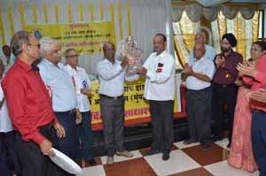 Shri.Sahebrao Desai, President, Auranbgabad ZSC being felicitated at the hands of Shri.U.S.Kolhe, RBO-I of Aurangabad Z.O.