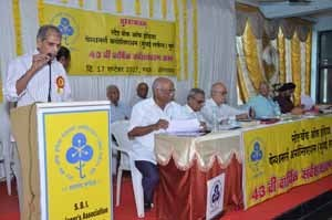 Shri.D.A.Kulkarni, Circle Treasurer, presenting the Financial Statements for approval of the Members