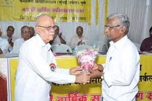 Shri.S.B.Gokhale, Circle President, felicitating Shri.Tamma Patil from Solapur