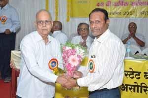 Shri.S.B.Gokhale, Circle President, felicitating Shri.Bhaskar Deshpande from Ahmednagar