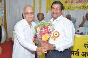 Shri.S.B.Gokhale, Circle President, felicitating Shri.R.S.Rajiwadekar, Secretary, Mumbai ZSC