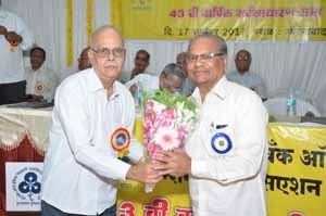 Shri.S.B.Gokhale, Circle President felicitating Shri.Avinash Nimdeo, President, Amravati ZSC