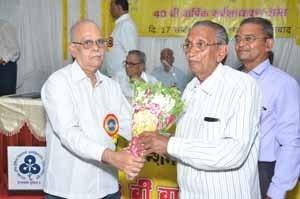Shri.S.B.Gokhale, Circle President, felicitating Shri.Baviskar from Jalgaon